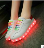 2016 nuovi pattini LED Light donne casual Calzature moda colorata respirabile lace-up piatto Chaussure Femme Glowing Zapatillas Con Luces libero