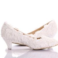 ingrosso pizzo scarpe tacco basso nuziale-Nuovo stile pizzo bianco tacco basso scarpe da sposa da sposa gattino tacco scarpe da damigella d'onore elegante partito abbellito scarpe da ballo scarpe da ballo signora