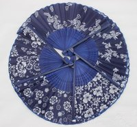 ingrosso tintura a mano-Ventaglio di stoffa in tessuto blu stile cinese di disegno classico con telaio in bambù tinto blu