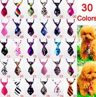 100 PZ 30 Tipi di Colore Pet Dog Cat Bowknot Carino Moda Pet Bandane Tag Per Boy Girl Fit Collare Pet Accessorio Ordine Del Miscela