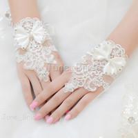 kısa beyaz eldiven eldivenleri toptan satış-Ücretsiz Kargo Kısa Beyaz Fildişi Yay Gelin Eldiven Lüks Dantel Çiçek Eldiven Hollow Gelinlik Aksesuarları Gelin Parti Parmaksız Eldiven