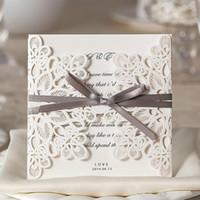 bedruckbare spitze großhandel-White Lace Floral Hochzeitseinladungskarten Customizable Hollow Hochzeitsfest druckbare Einladungskarten Ribbon mit Umschlag Sealed Card