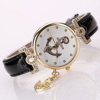 Vente en gros! Rhinestone Gold Arrowhead Pendentif Femme Casual Bracelet en cuir Regarder Femme Fashion Quartz Wristwatch Ladies Classic Dress Watch