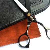 cabeleireiros tesouras venda por atacado-Atacado-preto de titânio 5.5 polegada de alta qualidade cabeleireiro tesoura cabelo conjunto frete grátis produto salão de cabeleireiro venda quente presente para você