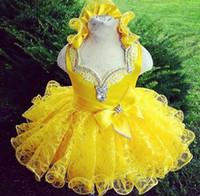 las niñas del vestido de desfile amarillo cupcake al por mayor-Shinning amarillas chicas del desfile de los vestidos 2017 del bebé del cordón diamantes de imitación moldeado de las colmenas de la magdalena Mini vestidos de bola de encargo Vestidos comunión Niño