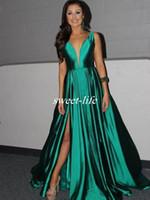 zümrüt yeşil elbiseli elbise toptan satış-Zarif Bayan ABD Pageant Abiye giyim 2019 Kapalı Omuz Zümrüt Yeşil Saten Pileli Bölünmüş Abiye Uzun Parti Balo Elbise Arapça