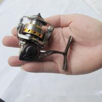 señuelos giratorios al por mayor-MN100 Carrete de pesca del metal más pequeño Full Metal Mini Ice Shore Ralfting Señuelo de pluma de invierno Rod Rod Spinning Reel