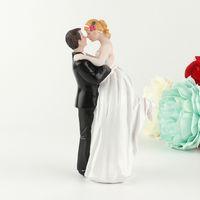 ingrosso coppie di bambole di nozze-Felice Sposa E Sposo Ornamento Torta In Resina Bambola Artigianale Abbraccio Amore Coppia Nozze Ombrelli Decorazione Squisita Design 18ykb ff