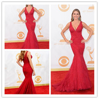 Falten Emmy Kleider Kaufen -65. Emmy Awards Sexy V-Ausschnitt Mermaid-rote Spitze Falte Applikationen Sofia Vergara Red Carpet Plus Size Promi-Kleider Abendkleider