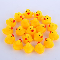 plaj oyuncakları bebeğim toptan satış-Yüksek Kaliteli Bebek Banyo Su Ördek Oyuncak Sesler Mini Sarı Kauçuk ördekler Banyo Küçük Ördek Oyuncak Çocuk Yüzme Plaj Hediyeler EMS nakliye E1277