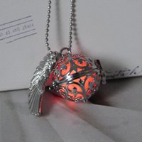 Vente en gros - 1 collier3 Perles lumineuses Glow in the Dark Collier pendentif lumineux Set Locket Hollow Angel Wing Glow Jewelry Hommes Femmes