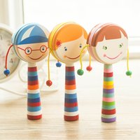 Lovely Five Colors Smiling Face Girls Hand Shaking Toys Bebé madera Rattles Drum Early Educational Toys
