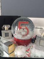 regalos a los clientes al por mayor-Globo eléctrico de la nieve con la botella de perfume roja NO.5 dentro de la bola de cristal de la nieve y la caja de regalo para el regalo del regalo de la Navidad VIP cliente