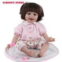 yeni model elbise çocukları toptan satış-Silikon Reborn Bebek Bebekler 22 Inç Yeni Moda 55 cm Gerçekçi Güzel sevimli yanakları kız elbise giyen Çocuk oyuncakları