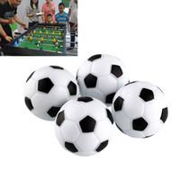 spielzeug tische großhandel-Spaß Kunststoff 4 stücke 32mm Fußball Tabelle Foosball Fußball Fussball Indoor Schwarz + Weiß Sport Spielzeug Unterhaltungsparty