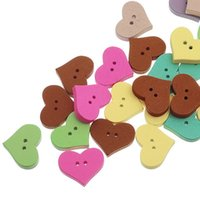 botones de madera en forma de corazón al por mayor-Botón colorido al por mayor de madera del agujero de dos agujeros de la forma del corazón del melocotón 19.4x16.2mm 100pcs botones impresos de madera de cuatro agujeros de la historieta del botón de Diy