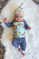 bebek üçlü takım elbise toptan satış-Bahar bebek bebek giysileri setleri yenidoğan bebekler kırık çiçek üstleri + şerit uzun pantolon + şapka üç parçalı setleri çocuklar pamuk takım elbise A01