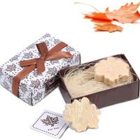 decoração da folha de bordo venda por atacado-Maple Leaf Soap Handmade Whiten Brilhante Pele Requintado Artesanato Home Decor Delicado Encaixotado Cerimônia De Festa de Casamento Giveaways1 18fgb F R