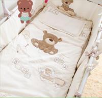 berço branco venda por atacado-Branco 100% algodão Bordado urso jogo de cama do bebê quilt pillow bumper folha de cama 9 peças de berço conjunto de cama berço conjuntos de consolador da cama