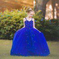 vestido largo de tul azul para niños al por mayor-Vestidos de las muchachas de flor azul real con correas de espagueti Lentejuelas de encaje apliques Vestido de desfile de las muchachas de arco trasero Vestidos de fiesta largos de tul de los niños preciosos