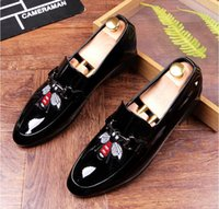 Nova chegada Men's Fashion Casual Shoes Gold / Black Glitter Leisure Slip bordado Loafers Shoes Man Party Weeding Vestido Sapatos AXX396