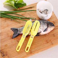 ustensiles de cuisine de qualité achat en gros de-Haute qualité et pratique nettoyage rapide peau de poisson en acier en plastique poisson échelle décapant détartreur racloir nettoyant ustensiles de cuisine outil éplucheur