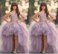 bayanlar için yüksek düşük kız elbiseleri toptan satış-Lavanta Yüksek Düşük Kızlar Pageant Törenlerinde Dantel Aplike Kolsuz Çiçek Kız Elbise Düğün İçin Mor Tül Puf Çocuk Communion Elbise