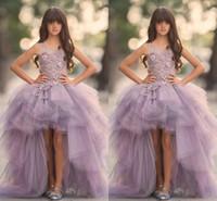 geschwollene spitzenhochzeitskleider großhandel-Lavendel High Low Mädchen Pageant Kleider Spitze Applique Sleeveless Blumenmädchenkleider Für Hochzeit Lila Tüll Puffy Kinder Kommunion Kleid