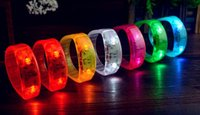 Music Activated Sound Control Led lampeggiante braccialetto illumina giocattoli Bangle Wristband Club per la barra del party Cheer Luminoso Notte Luce