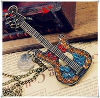 guitarra de moda al por mayor-Moderno Collar de Cadena de Suéter de Guitarra de Bronce con Encanto Tachonado Cristales Forma de Guitarra Musical Colgante de regalos para hombres y mujeres