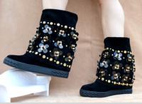 siyah diz kama çizmeleri toptan satış-Siyah Süet Çiçek Süslenmiş Çiviler Kadınlar Diz Yüksek Çizmeler Kama Yüksekliği Artırılması Motorcyle Boots Kış Slip-on Kadın Ayakkabı