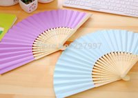 200pcs / lot Livraison gratuite Mode Wedding Paper Fan Bride Hand Fan avec des cosmétiques en bambou Craft Fan wedding Favor Party Gift
