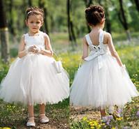 fildişi çay uzunluğu bahçe elbisesi toptan satış-Sevimli Beyaz Fildişi Çay Boyu Çiçek Kız Elbise Sevimli Tül Kolsuz Çocuklar Resmi Yaz Bahçe Düğün için İlk Communion Elbise Giymek