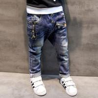 moda crianças denim venda por atacado-Meninos calças de brim 2017 Moda Meninos Jeans para Primavera Outono Crianças Denim Calças Crianças Calças Desenhadas Azul Escuro