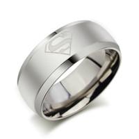 yeni süpermarket yüzüğü toptan satış-2016 Yeni Moda gümüş Superman Yüzük Renkli 8mm Paslanmaz Çelik Alyans Takı Kadınlar ve Erkekler için