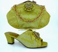 modische afrikanische kleider großhandel-Modische afrikanische Schuhe passend zu Handtaschensets mit Fliege und Strassverzierung Damenschuhe für Partykleid MM1011 gelb, Absatz 6 CM