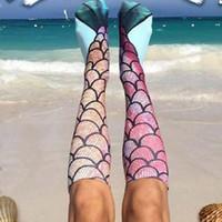 medias de pescado al por mayor-Las mujeres de la sirena 3D calcetines cola de la sirena de la sirena de la playa calcetines medias de la manera rodilla calcetines altos de Cosplay de las escalas de pescados del calcetín largo de arranque calcetería
