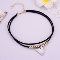 Mulheres Black / White Triangle Faux Stone Colares European Punk Short Rope Velvet Choker Necklace With Gold Color Beads