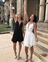 kız beyaz şifon elbise kısa toptan satış-Yeni Kısa Beyaz Siyah Mezuniyet Elbiseleri 2017 Halter Backless A Hattı Mütevazı Şifon Kız Parti Pageant Balo Abiye Ucuz Custom Made