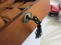 holz vintage zubehör großhandel-mit Schlüsselschloss Vintage hohe Qualität Luxus Armbanduhr staubdichte Uhr Sammlung Box Fall Natur massiv Holz Boxen 6 Platz Uhr Zubehör
