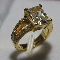 ingrosso impostazioni dell'oro giallo-Anello nuziale in diamanti sintetico di lusso con forma quadrata da 3,85 ct. Impostazioni in argento sterling 925. Gioielli placcati oro giallo 24K per la sposa