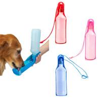 ingrosso bottiglia di acqua portatile dell'animale domestico-Bottiglia da esterno portatile pet cane bottiglia bottiglia di cane da viaggio Daily pet bollitore 500ml tromba groove pet feed acqua strumento