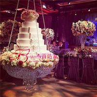 décoration de mariage en perles achat en gros de-Support de gâteau rond de lustre en cristal D60 accrochant avec la table de gâteau perlée par cristal pour la décoration de mariage