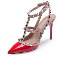 chaussures à talons hauts achat en gros de-femmes talons hauts sandales chaussures de mariage verni en cuir rivets sandales femmes clouté robe chaussures à talons v haut talon chaussures + logo + boîte