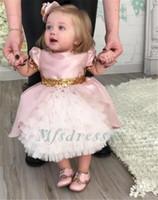 lentejuelas color rosa caliente formal al por mayor-Hot Cute Pink Ruffles Longitud del té Vestidos de niña de flores con lentejuelas doradas arco Encantador Niños Bebé Fiesta de cumpleaños Vestidos Chicas Vestidos de fiesta formales