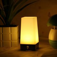 batería pir led al por mayor-PIR inalámbrico Sensor de movimiento LED Lámpara de mesa Interior Al aire libre alimentado por batería Retro LED Luz nocturna Sensible portátil móvil blanco cálido para niños