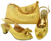 ingrosso tacchi gialli di gattino-Affascinanti scarpe da donna gialle con strass e bowtie design tacco gattino 6,5 centimetri scarpe africane abbinabile borsa set per vestito MM1046