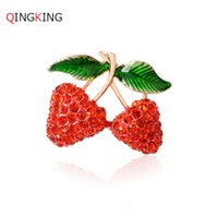 Vente en gros - Qingking Enamel Esmalte Red Double Strawberry Broches Pour Fille Cute Fruit Broches Hijab Écharpe Pins Écharpe Chapeau Clip Bijoux