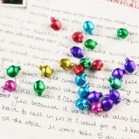 encantos de la campana de navidad al por mayor-500 unids color mezclado pequeños encantos Jingle Bells DIY Navidad navidad decoración colgantes joyería artesanía