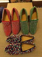 vestidos de novia de diamantes stud al por mayor-Los pernos prisioneros de la moda mocasines inferiores rojos planos de los hombres con los puntos y los zapatos del deslizador del brillo de diamantes vestido de boda de cuero genuino negro